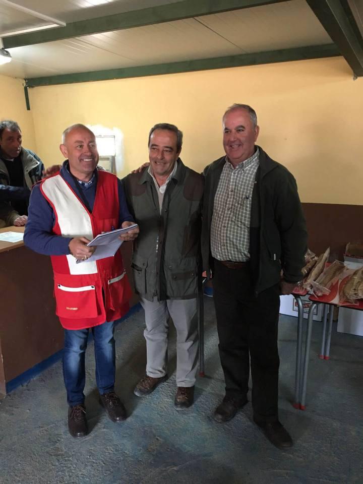 A la izquierda D. Camilo Hurtado Entenza, Delegado de Área de la FMC, el Campeón Senior D. Alfonso Lineal y a la derecha D. Antonio García Ceva, Presidente de la FMC