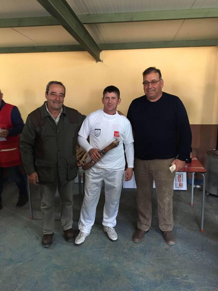 A la izquierda D. Antonio García Ceva, Presidente de la FMC, el Campeón Colombaire D. Alfonso Polo Almunia y a la derecha D. Francisco Gil Hernández, Presidente del Club de Tiro Aranjuez.