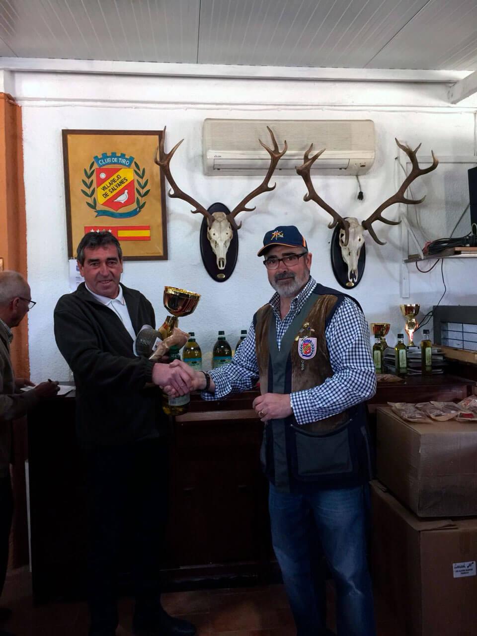 D. Jesús Manzanero, Campeón de la prueba recibiendo el trofeo de D. Antonio Garnacho, Director de Tiro de la prueba.