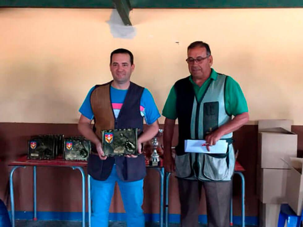D. Máximo Fraga López, el Campeón Autonómico 2018, recibiendo el trofeo de D. Francisco Gil Hernández, Presidente del Club de Tiro Aranjuez